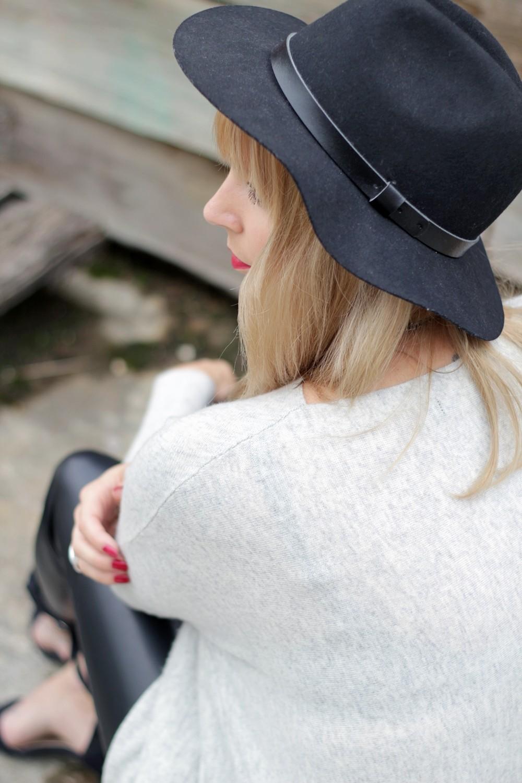 Outfit Lederhose grauer Sweater Hut Fransentasche 20