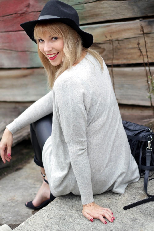 Outfit Lederhose grauer Sweater Hut Fransentasche 22