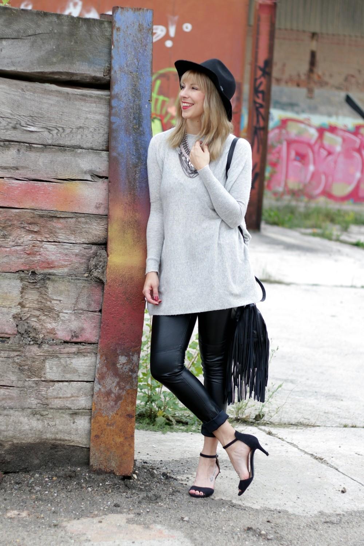 Outfit Lederhose grauer Sweater Hut Fransentasche 3