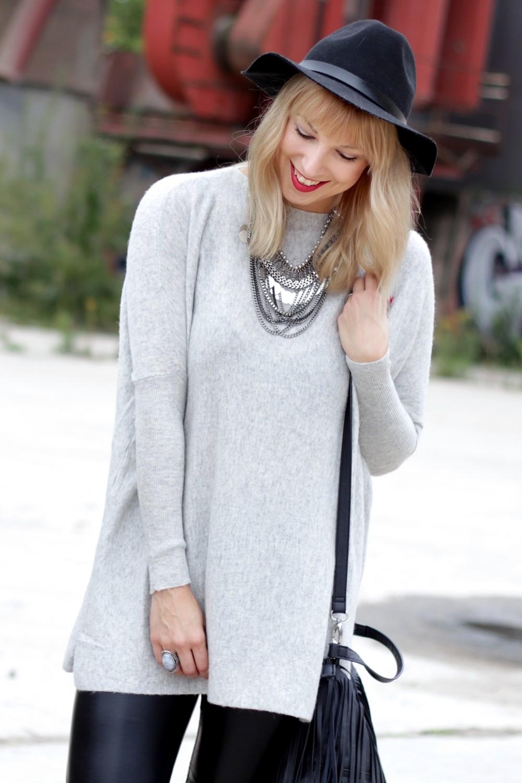 Outfit Lederhose grauer Sweater Hut Fransentasche 5