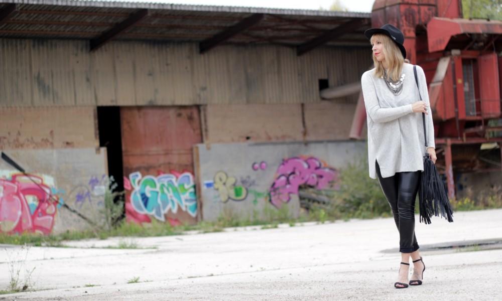 Outfit Lederhose grauer Sweater Hut Fransentasche 8