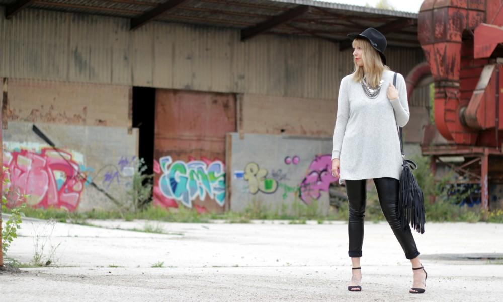 Outfit Lederhose grauer Sweater Hut Fransentasche 9