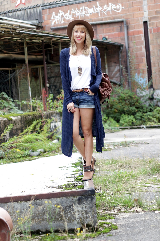 Outfit blauer Loncardigan Jeansshorts Hut 1