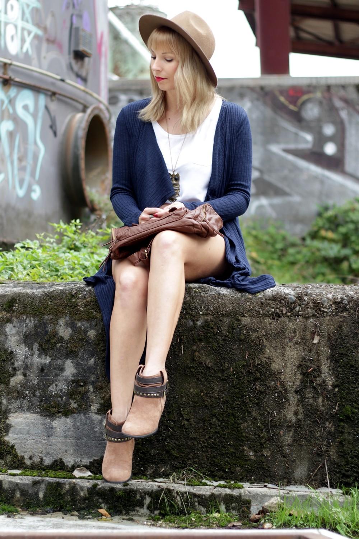 Outfit blauer Loncardigan Jeansshorts Hut 12