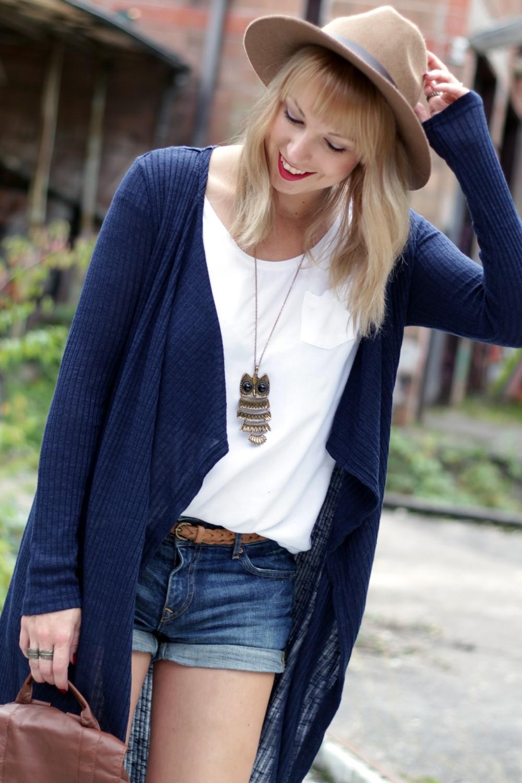Outfit blauer Loncardigan Jeansshorts Hut 8