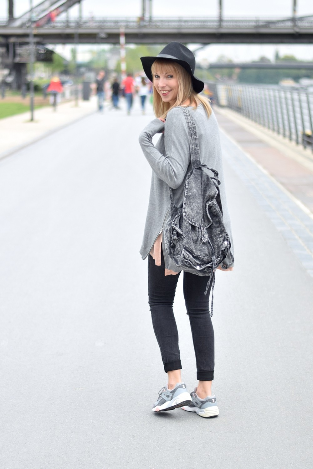 Puma Vashtie Outfit grau Jeans Sweater 10