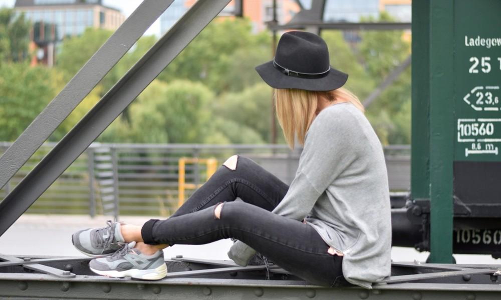 Puma Vashtie Outfit grau Jeans Sweater 8
