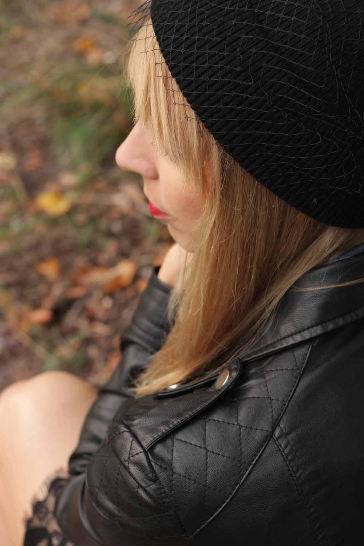 Fashionblogger Karlsruhe Outfit Bleistiftrock Jeanshemd Lederjacke Meshbeanie Sneaker 11