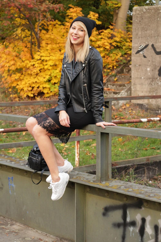 Fashionblogger Karlsruhe Outfit Bleistiftrock Jeanshemd Lederjacke Meshbeanie Sneaker 13