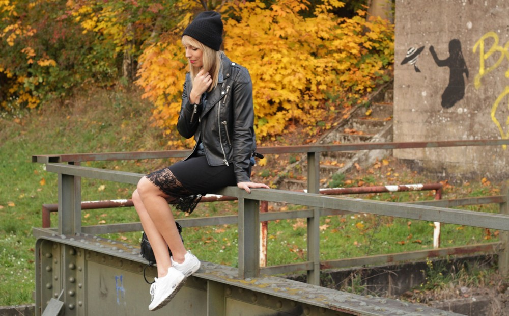 Fashionblogger Karlsruhe Outfit Bleistiftrock Jeanshemd Lederjacke Meshbeanie Sneaker 16