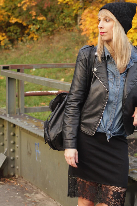Fashionblogger Karlsruhe Outfit Bleistiftrock Jeanshemd Lederjacke Meshbeanie Sneaker 2