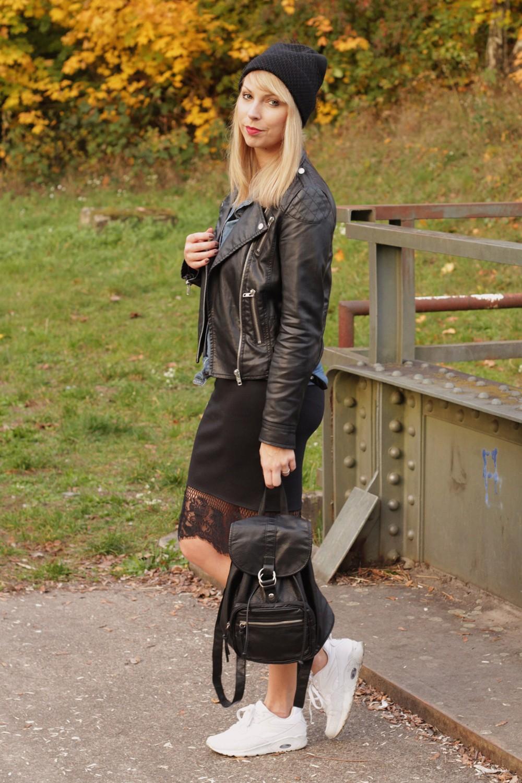 Fashionblogger Karlsruhe Outfit Bleistiftrock Jeanshemd Lederjacke Meshbeanie Sneaker 3