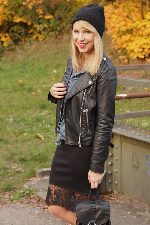 Fashionblogger Karlsruhe Outfit Bleistiftrock Jeanshemd Lederjacke Meshbeanie Sneaker 4
