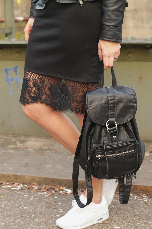 Fashionblogger Karlsruhe Outfit Bleistiftrock Jeanshemd Lederjacke Rucksack Sneaker 1