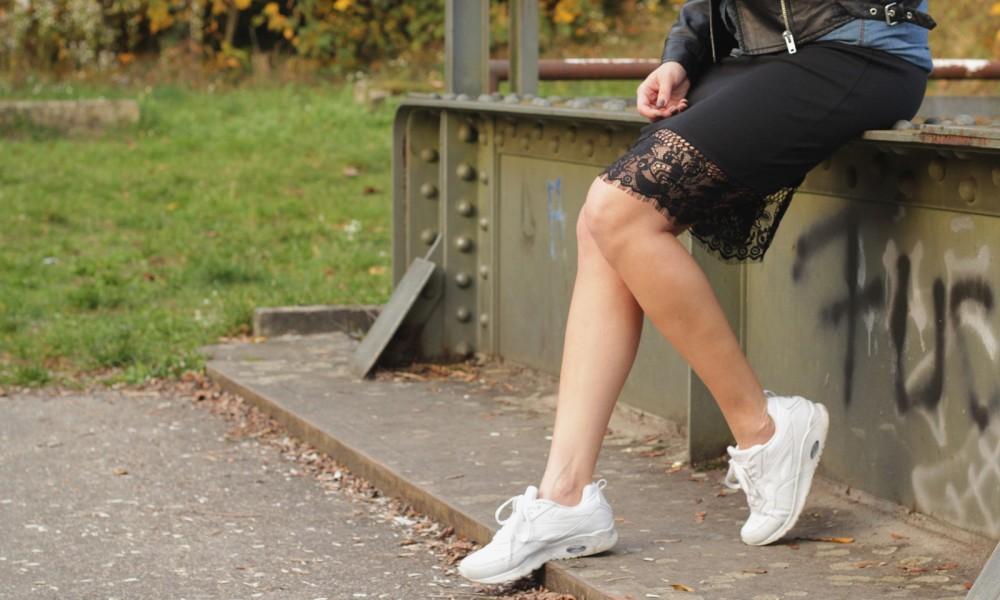 Fashionblogger Karlsruhe Outfit Bleistiftrock Jeanshemd Lederjacke Rucksack Sneaker 2