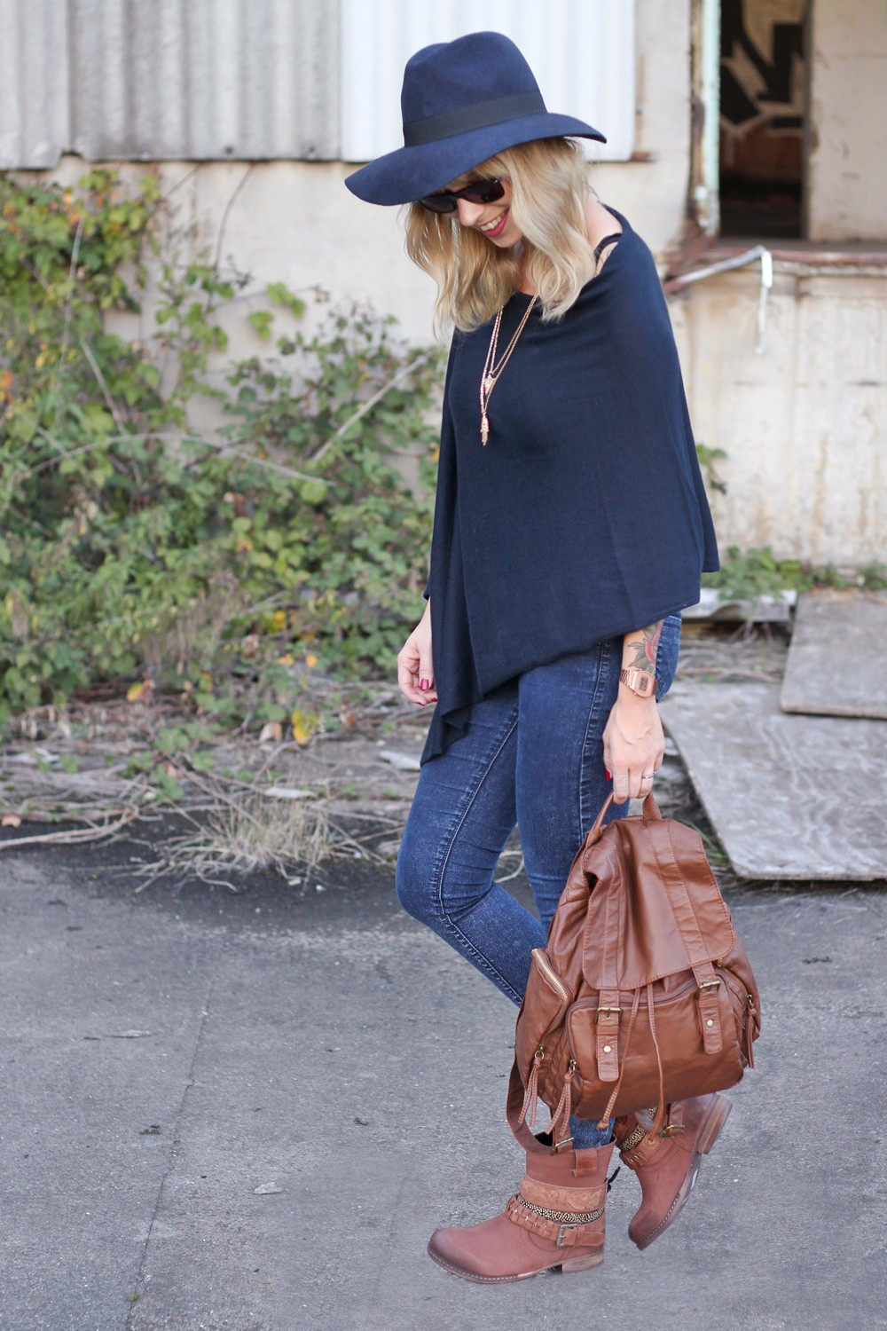 Outfit Poncho Otto Bullboxer Stiefel Casio Rosegold Rayban Rucksack 3
