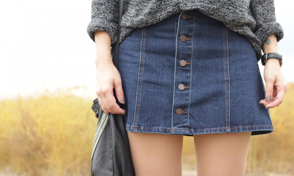 Outfit Fashionbloggerin Karlsruhe Jeansrock Knopfleiste Overknees Hut Strickpulli 1 (10)