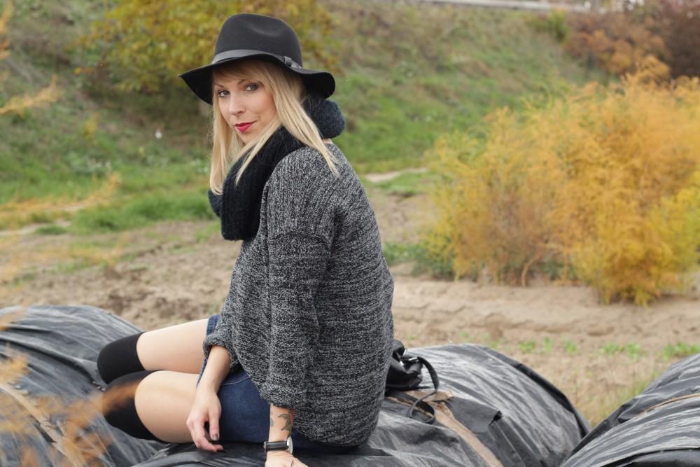 Outfit Fashionbloggerin Karlsruhe Jeansrock Knopfleiste Overknees Hut Strickpulli 1 (2)