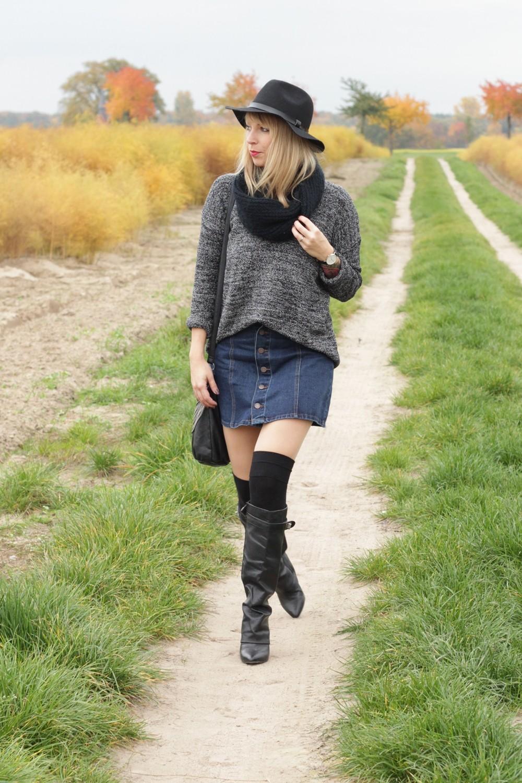 Outfit Fashionbloggerin Karlsruhe Jeansrock Knopfleiste Overknees Hut Strickpulli 1 (7)