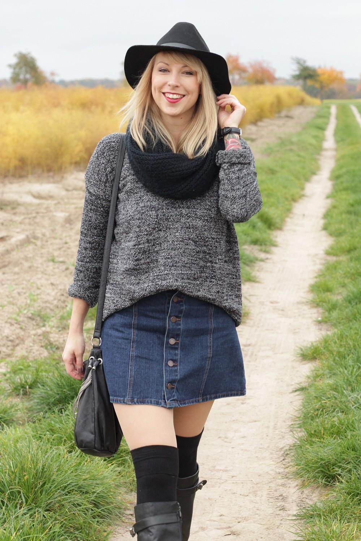 Outfit Fashionbloggerin Karlsruhe Jeansrock Knopfleiste Overknees Hut Strickpulli 1 (9)