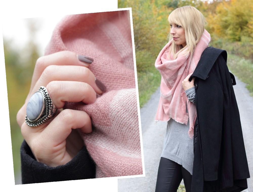 Fashionblogger Karlsruhe schwarzer Mantel rosa XL Schal grauer Pullover Sneaker rosa Glitzer Deichmann 3