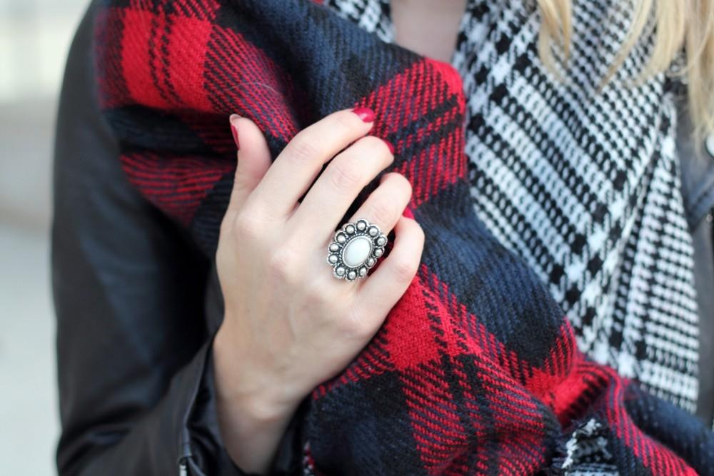 Fashionblogger München Karlsruhe karierter Schal schwarz weiss rot