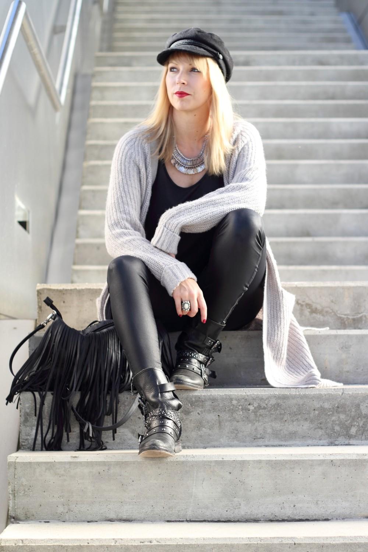 Fashionblogger München Outfit Longcardigan Strick Lederhose Bikerboots 4