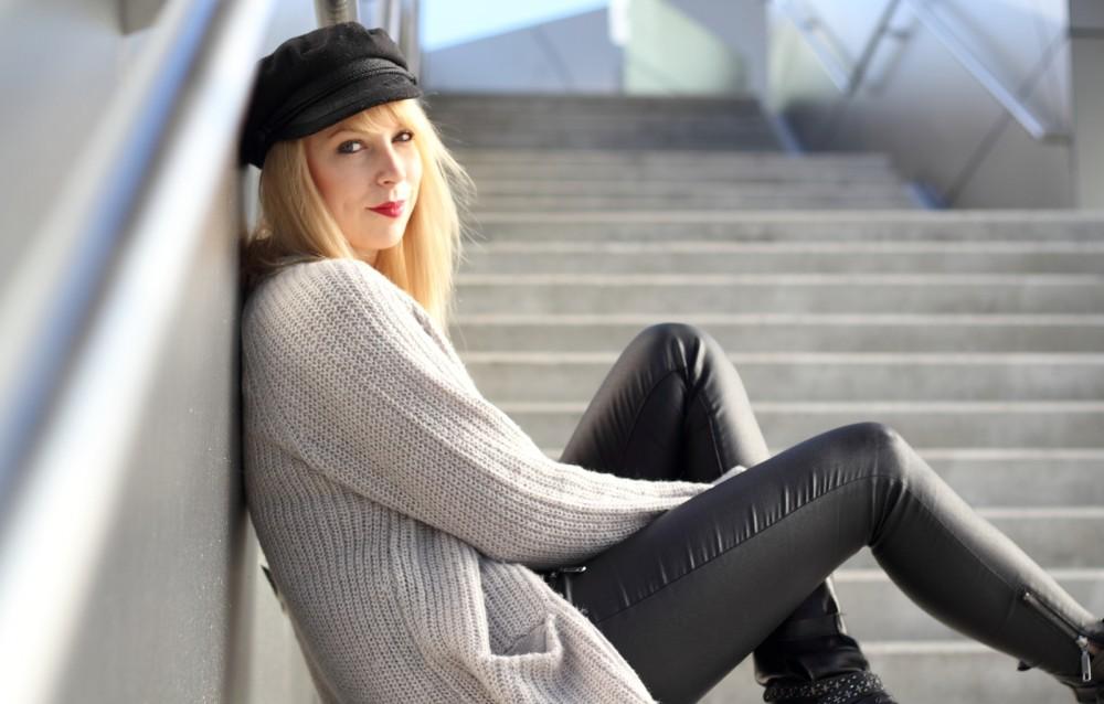 Fashionblogger München Outfit Longcardigan Strick Lederhose Bikerboots 6