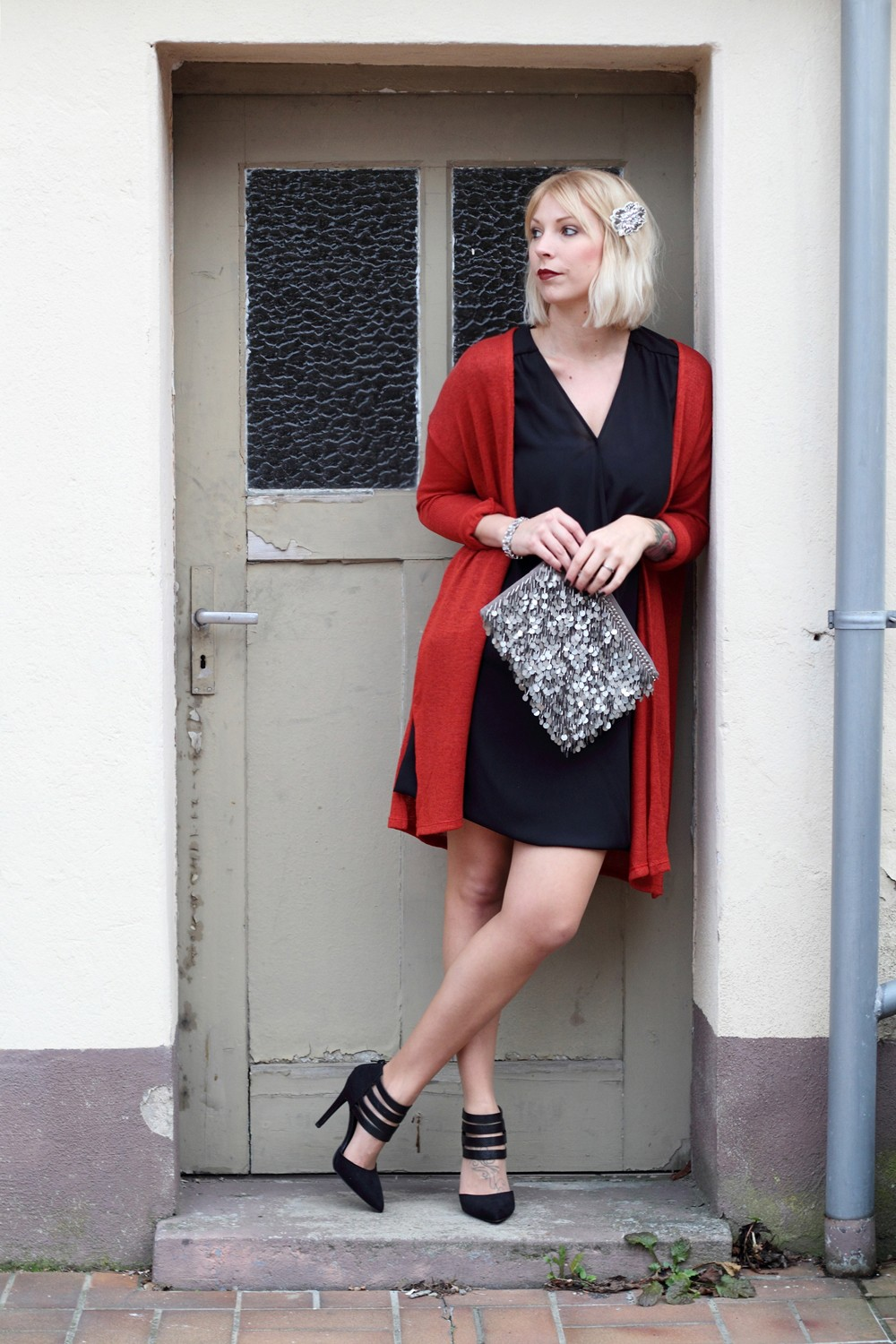 Fashionbloggerin Karlsruhe New Look Weihnachtsoutfit Kleid Pumps Pailettenclutch Cardigan 3