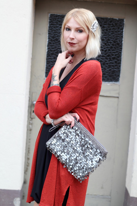 Fashionbloggerin Karlsruhe New Look Weihnachtsoutfit Kleid Pumps Pailettenclutch Cardigan 4