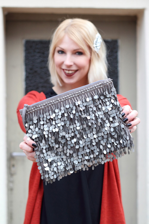 Fashionbloggerin Karlsruhe New Look Weihnachtsoutfit Kleid Pumps Pailettenclutch Cardigan 5