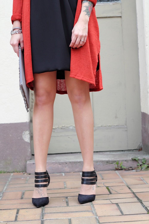 Fashionbloggerin Karlsruhe New Look Weihnachtsoutfit Kleid Pumps Pailettenclutch Cardigan 6