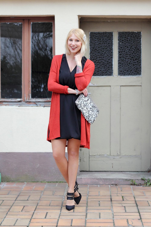 Fashionbloggerin Karlsruhe New Look Weihnachtsoutfit Kleid Pumps Pailettenclutch Cardigan Kopie