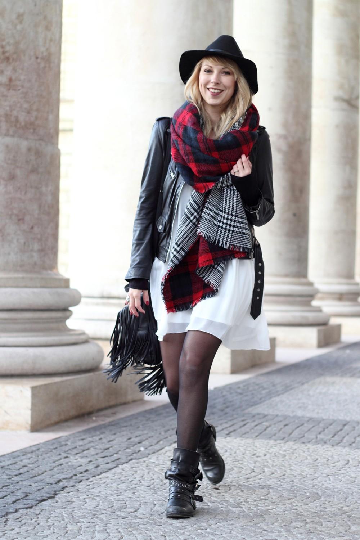Fashionbloggerin Karlsruhe Outfit München weisses Kleid karierter Schal Lederjacke Bikerboots Fransentasche 1