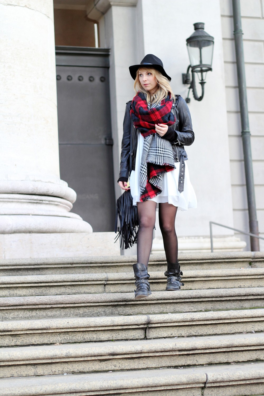 Fashionbloggerin Karlsruhe Outfit München weisses Kleid karierter Schal Lederjacke Hut Fransentasche 11
