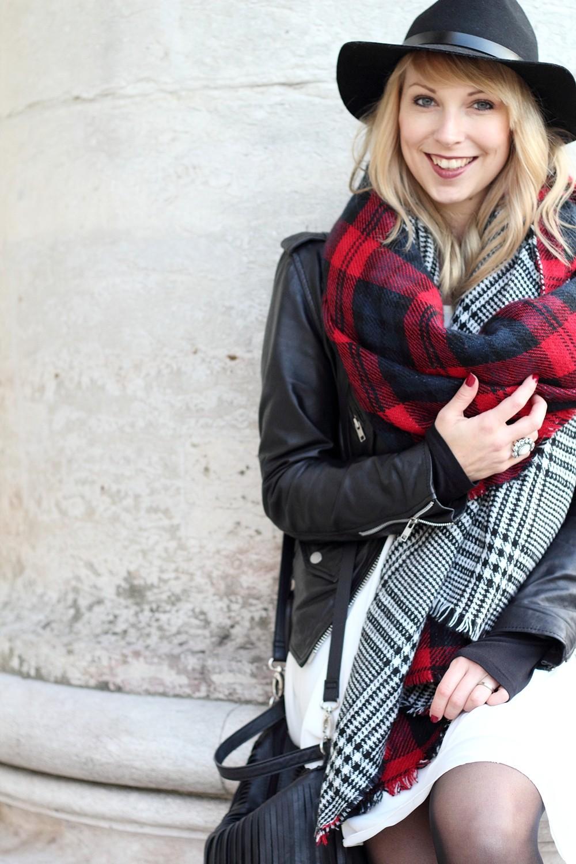 Fashionbloggerin Karlsruhe Outfit München weisses Kleid karierter Schal Lederjacke Hut Fransentasche 4