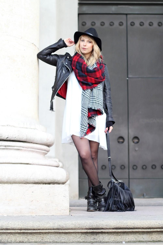 Fashionbloggerin Karlsruhe Outfit München weisses Kleid karierter Schal Lederjacke Hut Fransentasche 8