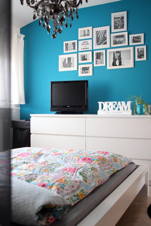 Schlafzimmer Bettwäsche PiP Deko blaue Wand Bilderwand