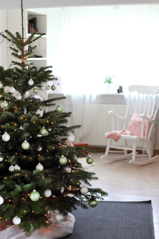 Weihnachtsbaum Wohnung weiss grün