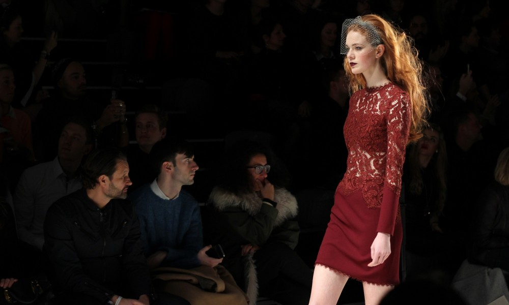 Ewa Hrzog Runway Fashion Week Januar 2016 Berlin AW Kleid Spitze bordeaux