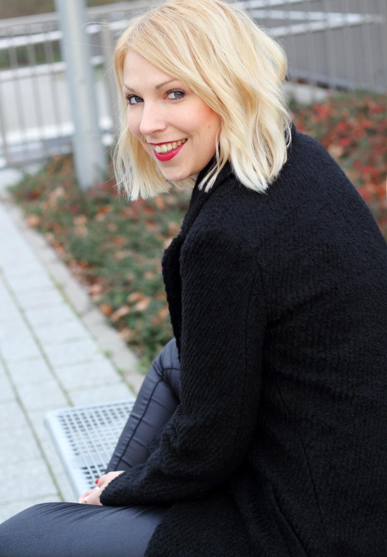 Fashionbloggerin Karlsruhe Outfit Lederhosen Sneaker Sweater langer Mantel 10