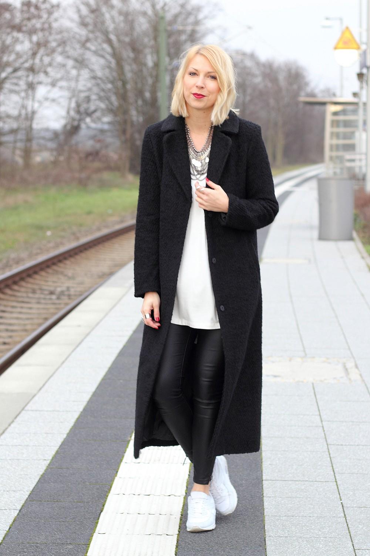 Fashionbloggerin Karlsruhe Outfit Lederhosen Sneaker Sweater langer Mantel 11