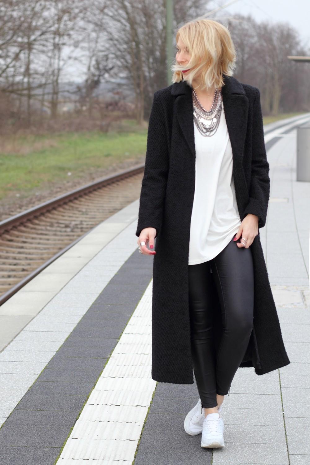 Fashionbloggerin Karlsruhe Outfit Lederhosen Sneaker Sweater langer Mantel 12