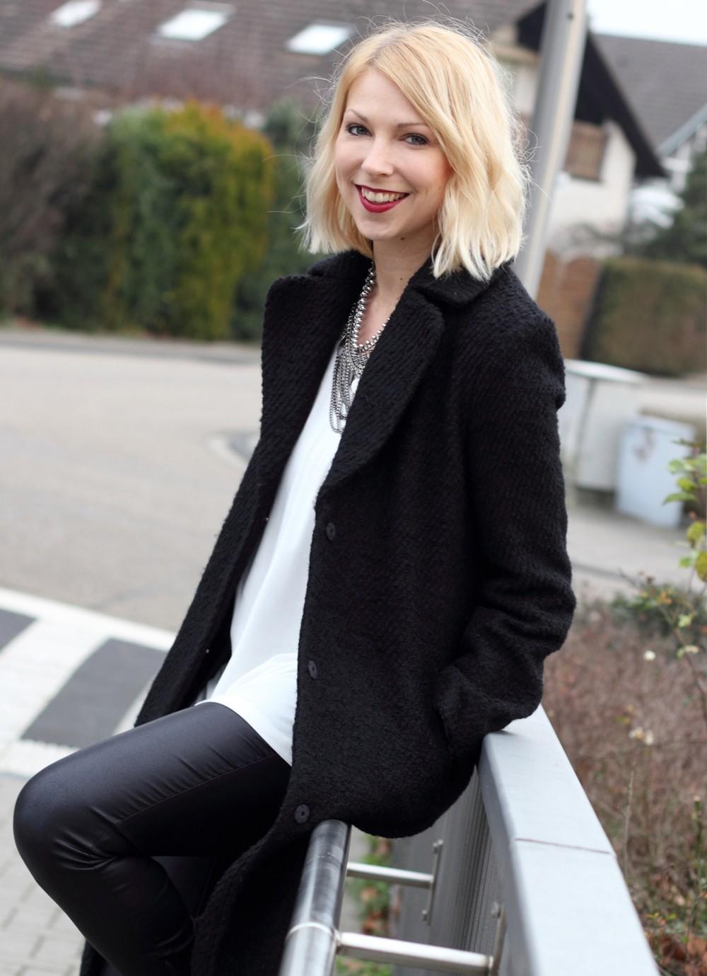 Fashionbloggerin Karlsruhe Outfit Lederhosen Sneaker Sweater langer Mantel 6