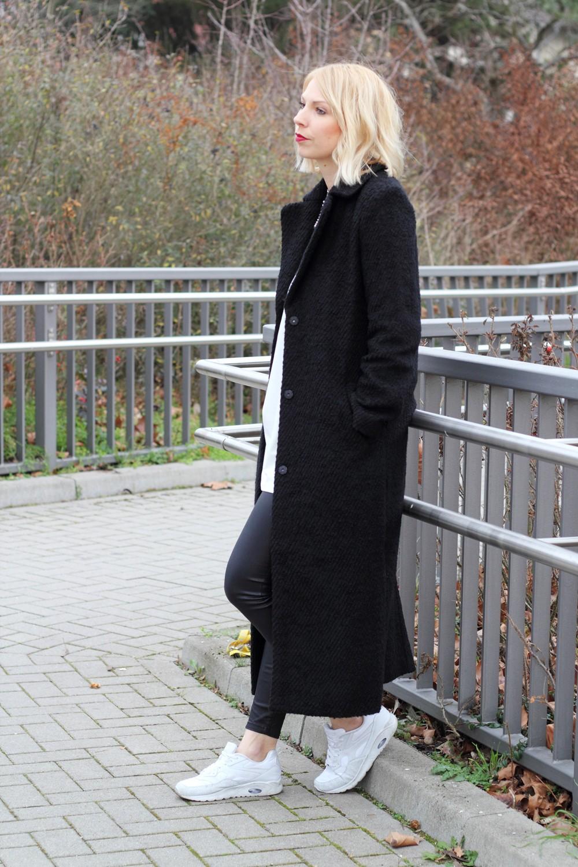 Fashionbloggerin Karlsruhe Outfit Lederhosen Sneaker Sweater langer Mantel 7