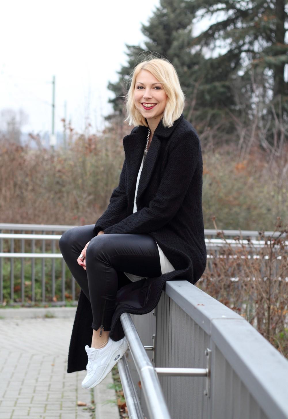 Fashionbloggerin Karlsruhe Outfit Lederhosen Sneaker Sweater langer Mantel 8
