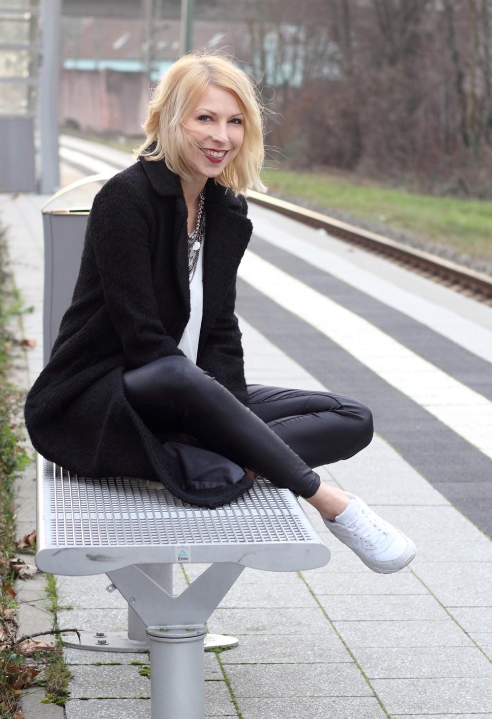 Fashionbloggerin Karlsruhe Outfit Lederhosen Sneaker Sweater langer Mantel 9