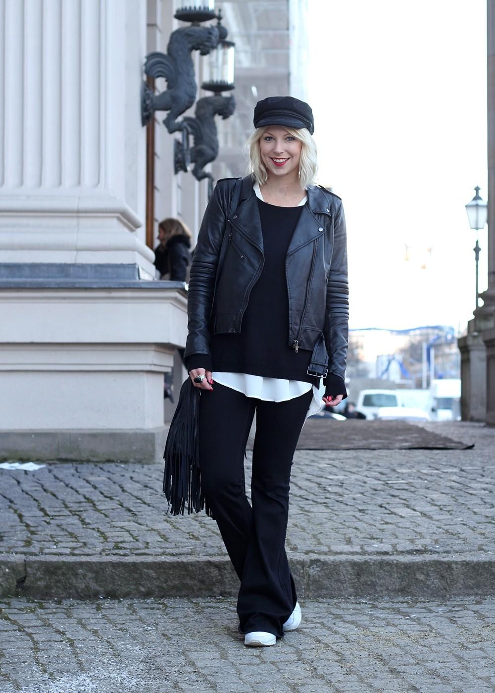 Outfit OOTD Berlin Fashion Week Flared Jeans Lederjacke Fransentasche Bakemütze 1