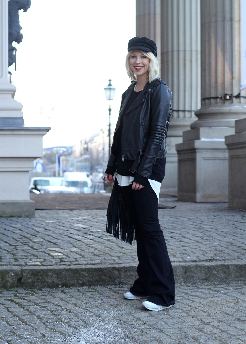 Outfit OOTD Berlin Fashion Week Flared Jeans Lederjacke Fransentasche Bakemütze 2