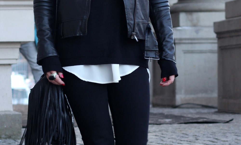 Outfit OOTD Berlin Fashion Week Flared Jeans Lederjacke Fransentasche Bakemütze 5